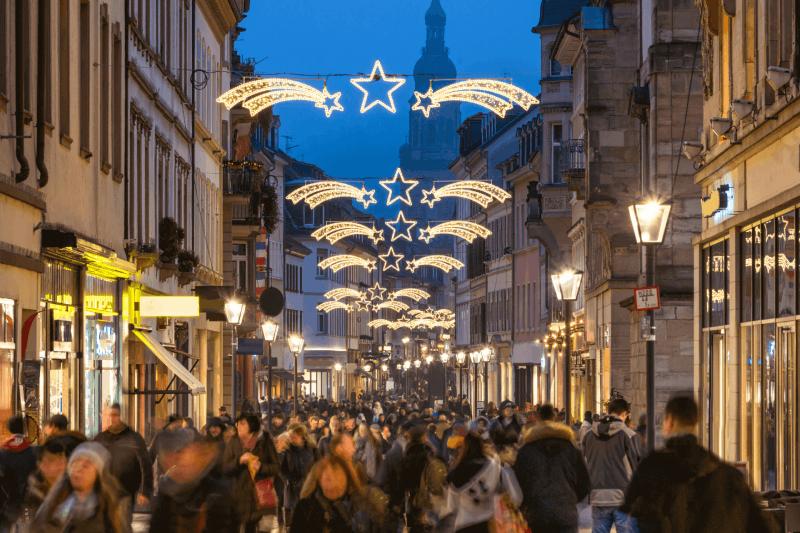 winkelstraat met kerstverlichting